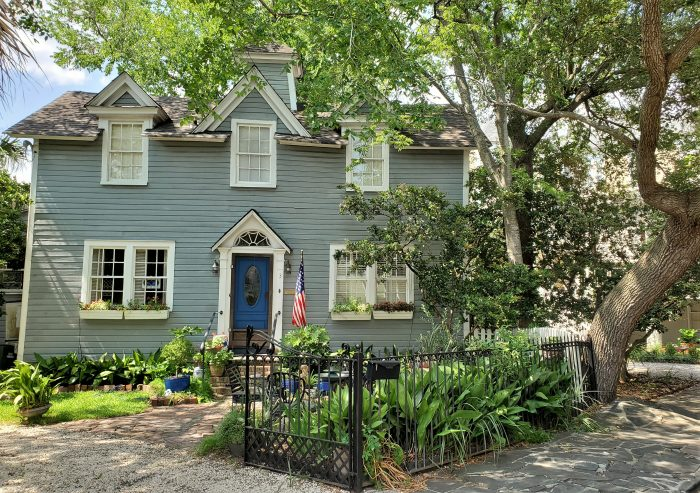 This little house (about 1000 sq. ft.) was built in 1890. While it looks like it should be out in the country, it is actually in downtown Charleston on Savage Street.