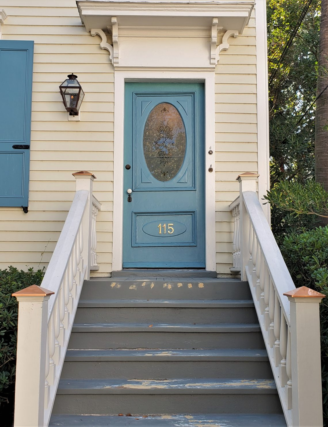 This attractive and welcoming door can be found on Rutledge Avenue, just down from Cannon Park -- where you can find the four remaining front columns of the old Charleston Museum.