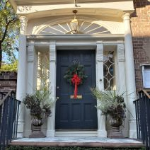 This good looking door belongs to the Robert Pringle House on Tradd Street, built in 1774. A Victorian bay window, facing the street, was later added to the house that distinguishes it from most large single houses of that era.