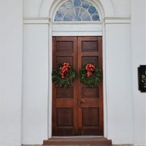 These wreaths adorn the entry to the First Baptist Church on Church Street. The oldest baptist church in the south, First Baptist can trace its congregation's roots back to 1682... to Kittery, Maine! In 1696, the pastor and 28 congregants moved to Charleston.