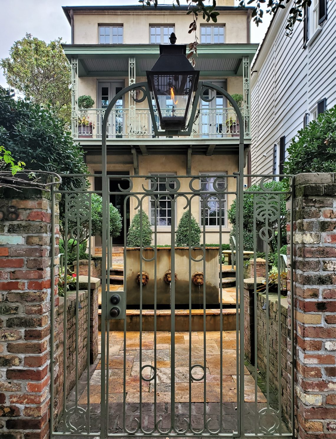 This interesting gate, courtyard and house combination is just up Church Street from the First Baptist Church -- which was first organized in 1682 in Kittery, Maine!